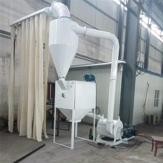 Crushing machine for feed